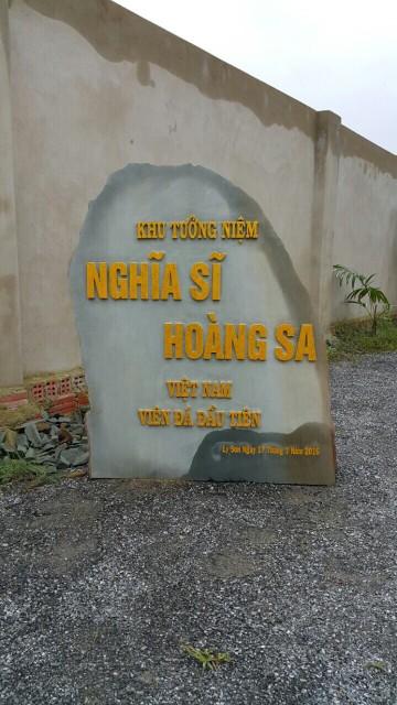 """Mặt trước viên đá đầu tiên xây dựng Khu tượng đài """"Nghĩa Sĩ Hoàng Sa""""."""