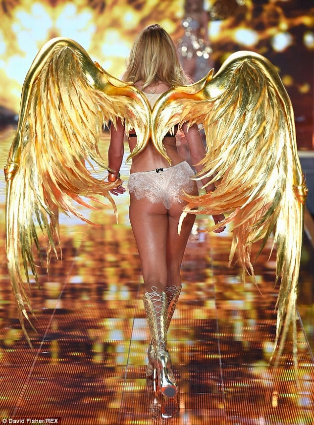 الموديل كانديس سوانبويل مفعمة بالحيوية في الملابس الداخلية خلال عرض أزياء فيكتوريا سيكريت