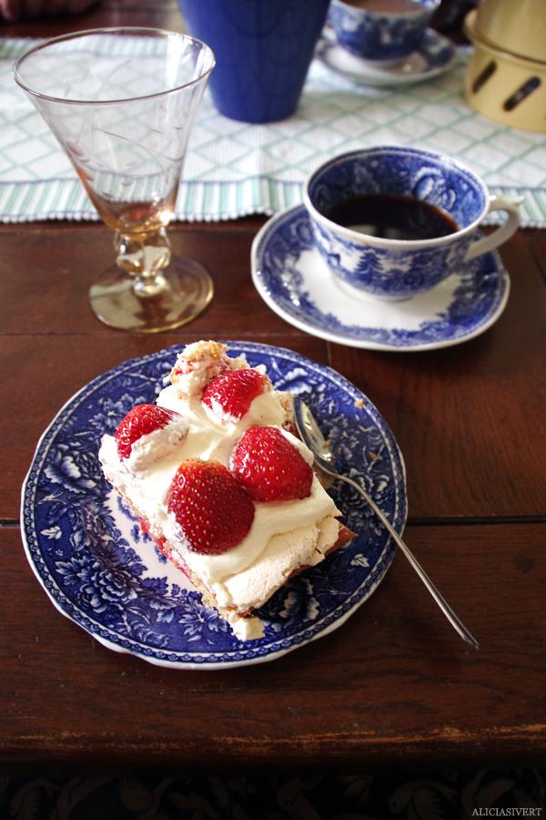 aliciasivert, alicia sivert, alicia sivertsson, midsommar, midsummer, kaffe, kaka, fika, coffee, cups, cup, kaffekoppar, tårta, cake