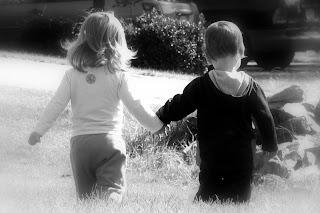 http://3.bp.blogspot.com/-r-7kj2xkWMs/TkabEbHEIvI/AAAAAAAAAW8/UpWvdFpDWoU/s1600/holding+hands+b+w.jpg