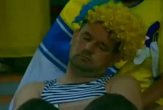 hincha que se queda dormido en partido de futbol de la eurocopa 2012