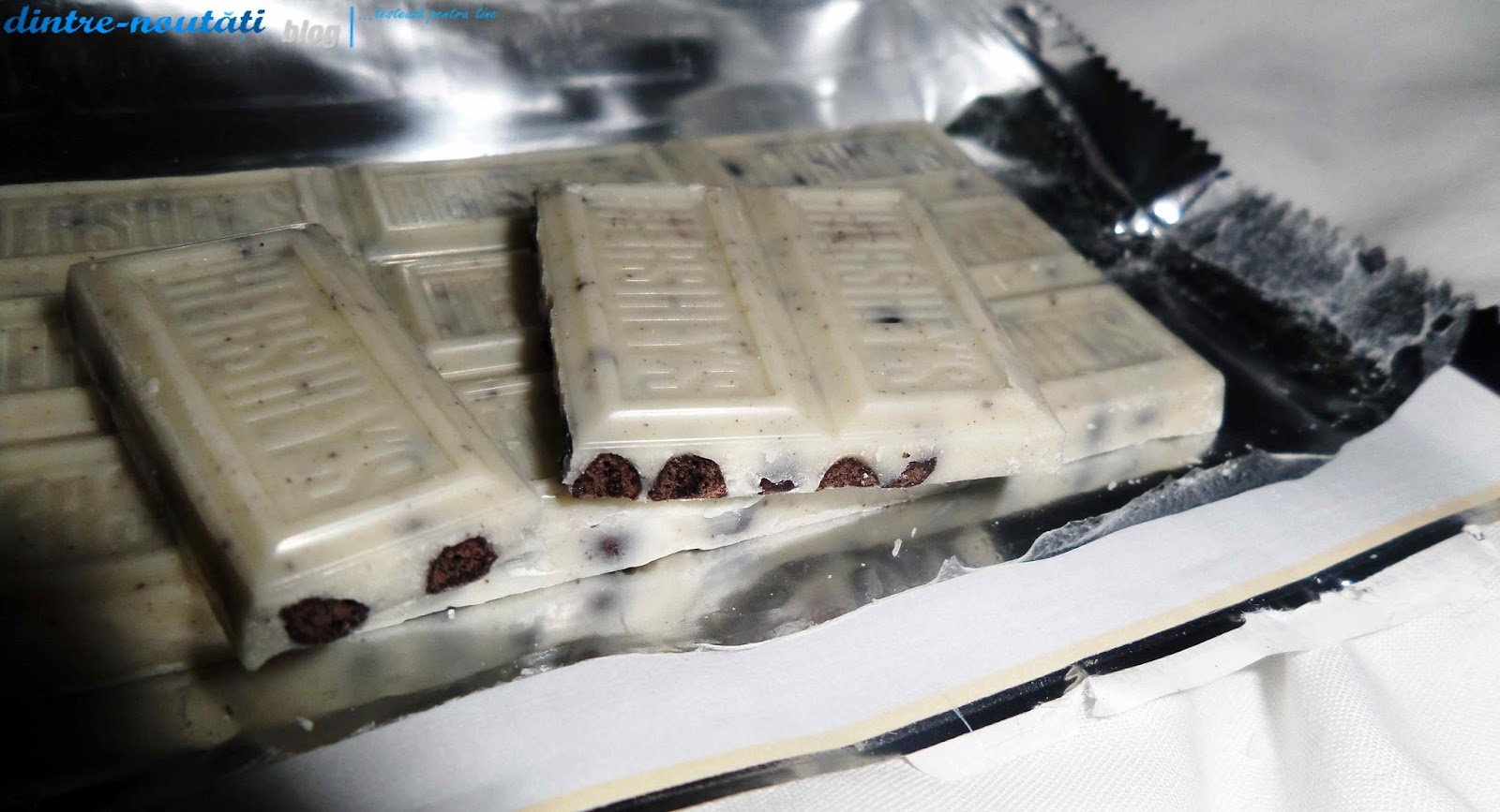 Ciocolată americană albă cu bucăți de biscuiți și frișcă