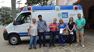 Representantes da Prefeitura e do Conselho Municipal de Saúde recebem a ambulância UTI