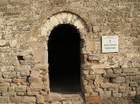La porta d'entrada de l'ermita de Sant Genís de Sadevesa