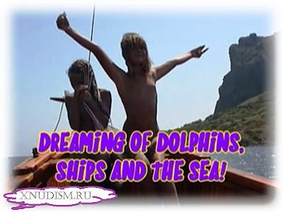 Семейный натуризм, украинская семья нудистов отправляются с детьми в дельфинарий