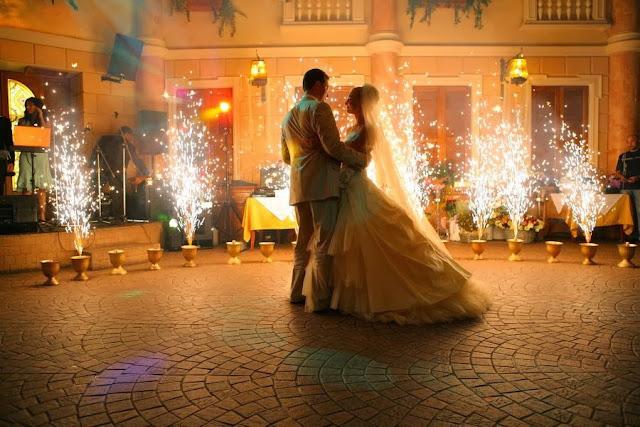 жених и невеста и фейеверки