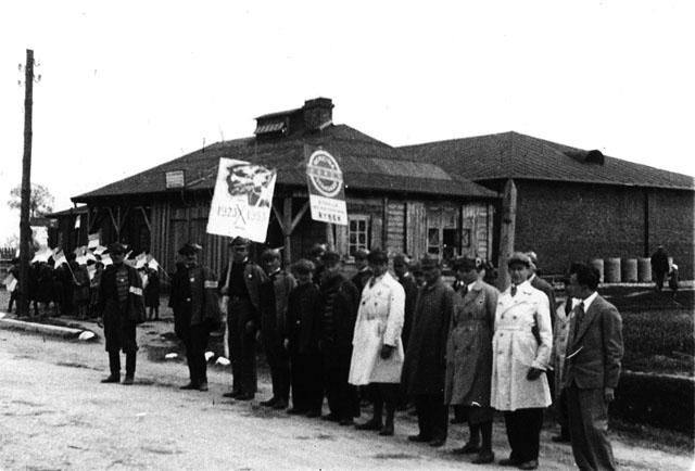 Opoczno (?) Przedstawiciele koneckiego Sokoła przed defiladą. Fotografia z początku lat trzydziestych XX wieku. Fot. z kolekcji KW
