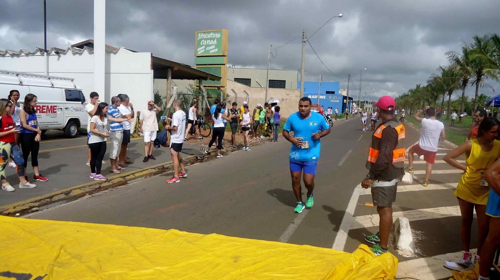 Foto 166 da 1ª Corrida Av. dos Coqueiros em Barretos-SP 14/04/2013 – Atletas cruzando a linha de chegada