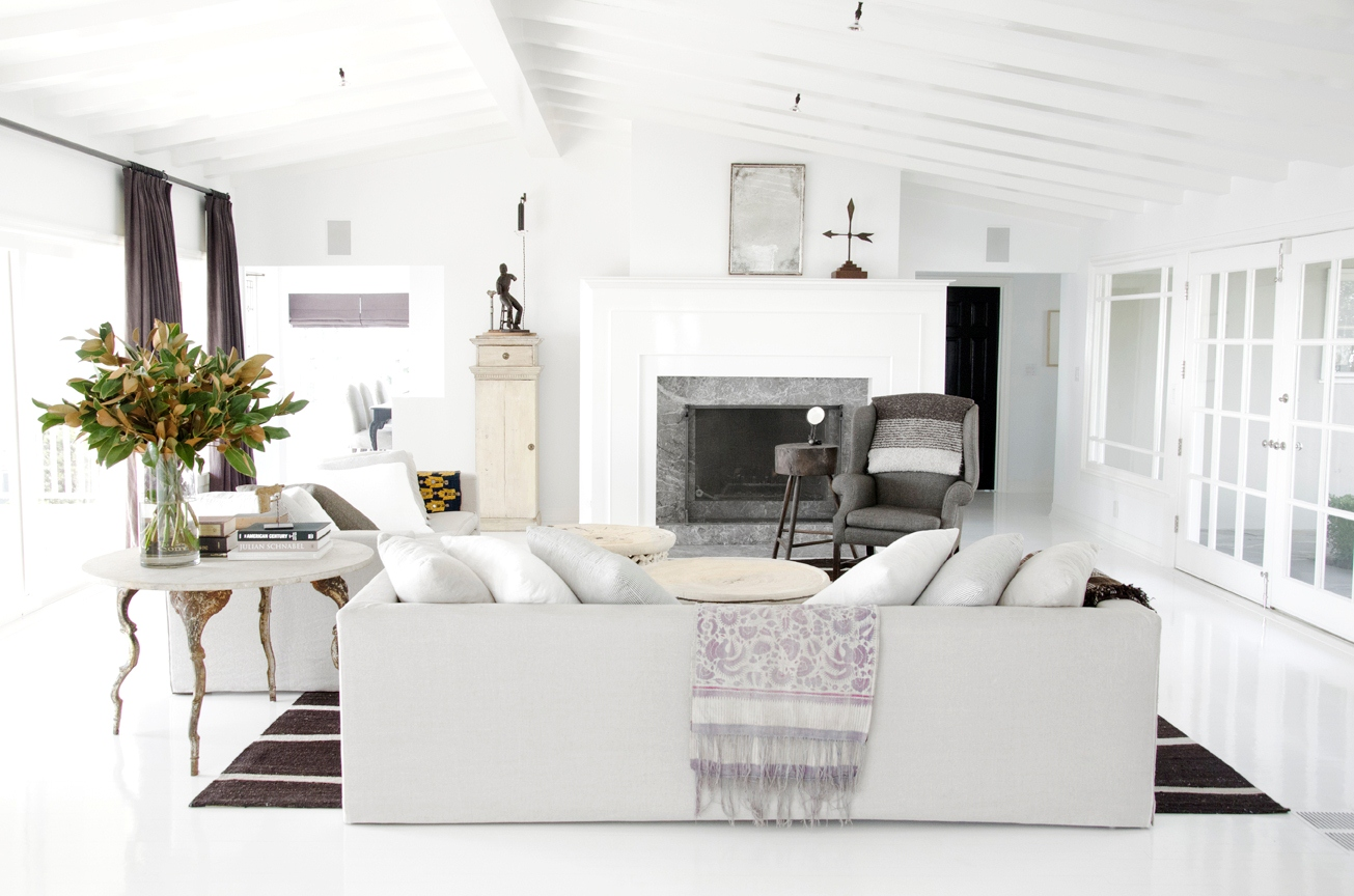 Cococozy hollywood hills style White grey interior design