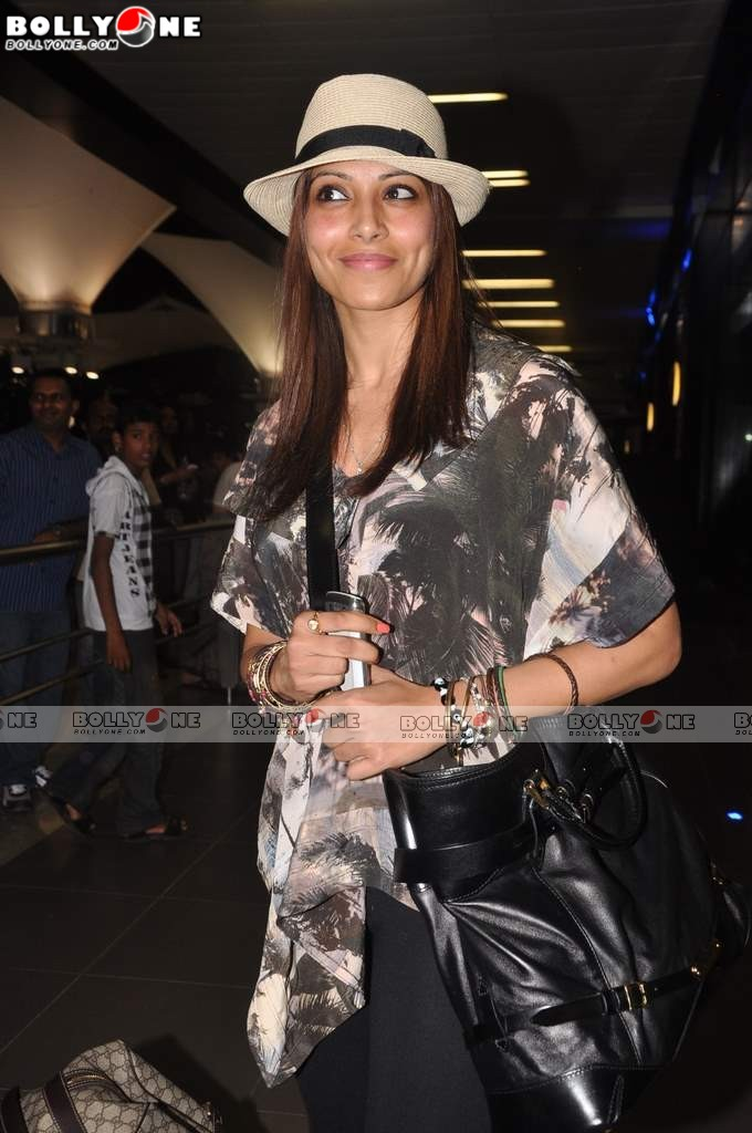 Bipasha Basu Return From IIFA 2011 Awards