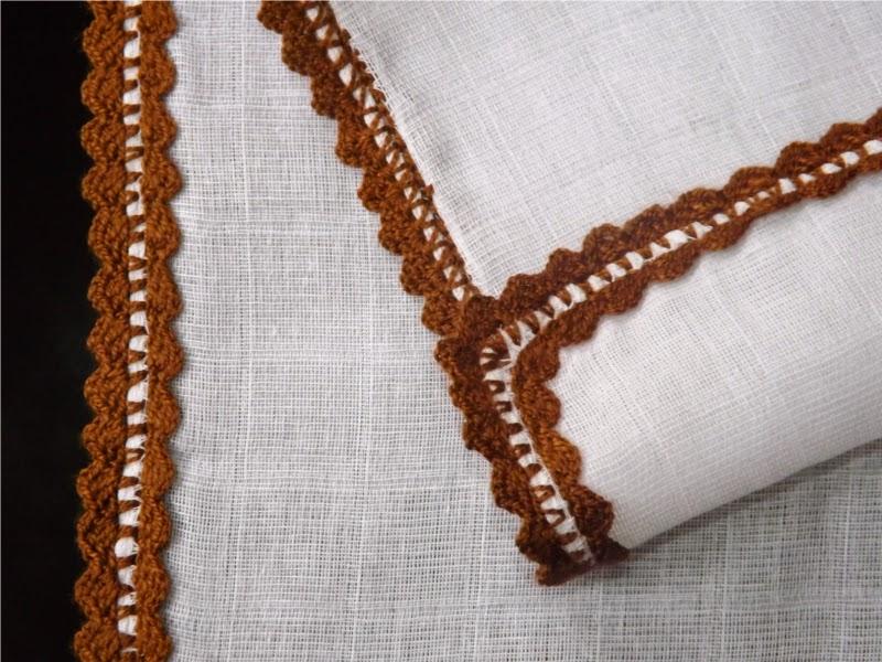 puntilla tejida a ganchillo o crochet sobre gasa para bebé