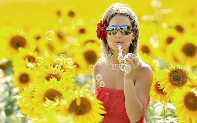 Vrouw tussen de zonnebloemen