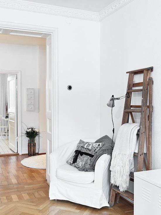 sillón blanco rincón de lectura escalera de madera para decorar