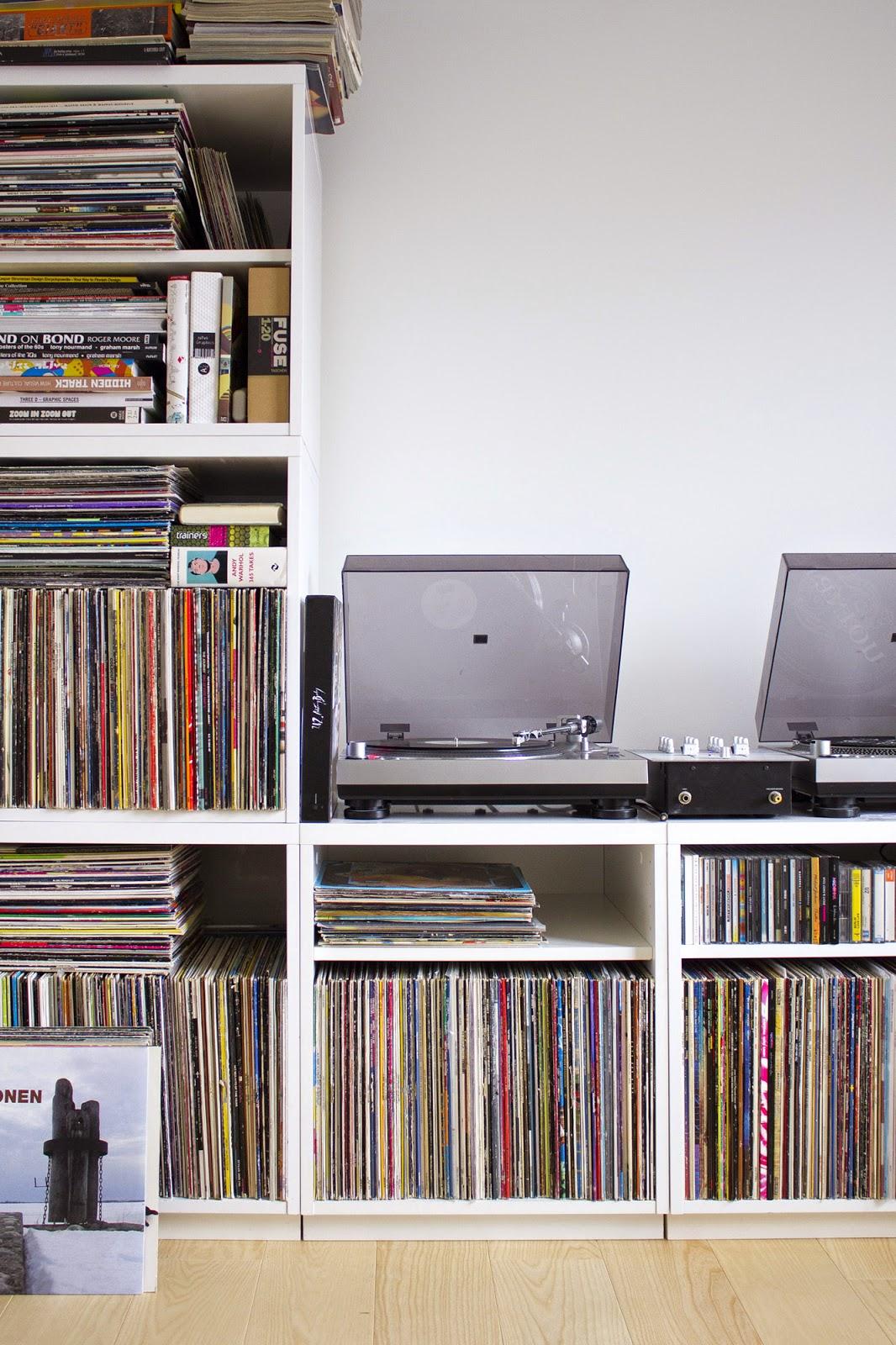 Pieni talo Helsingissä yläaulan levykokoelma