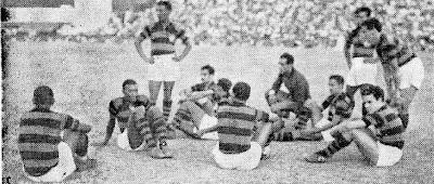 Jogadores do Flamengo sentados em campo