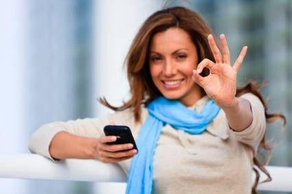 """خروف"" هو اسمك على هاتف زوجتك.. كيف ستتصرف؟ - امرأة تمسك تليفون موبايل- woman using mobile-slef-phone"