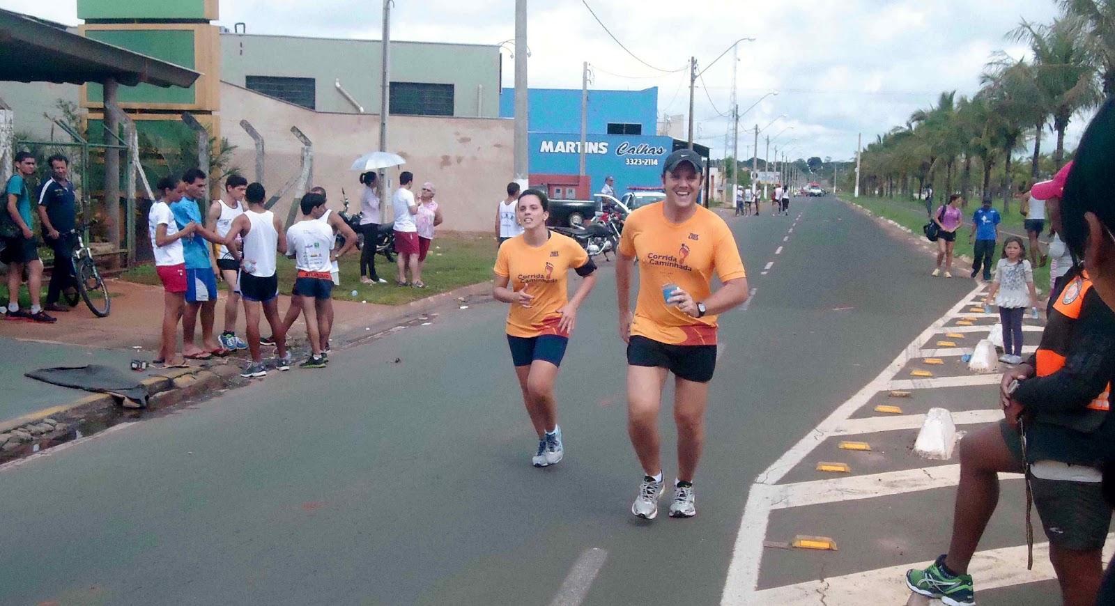 Foto 186 da 1ª Corrida Av. dos Coqueiros em Barretos-SP 14/04/2013 – Atletas cruzando a linha de chegada