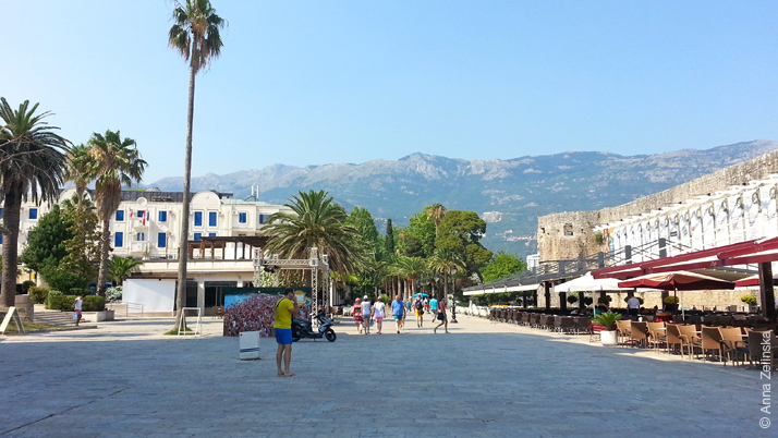 Площадь с летними кафе перед Старым городом, Будва, Черногория