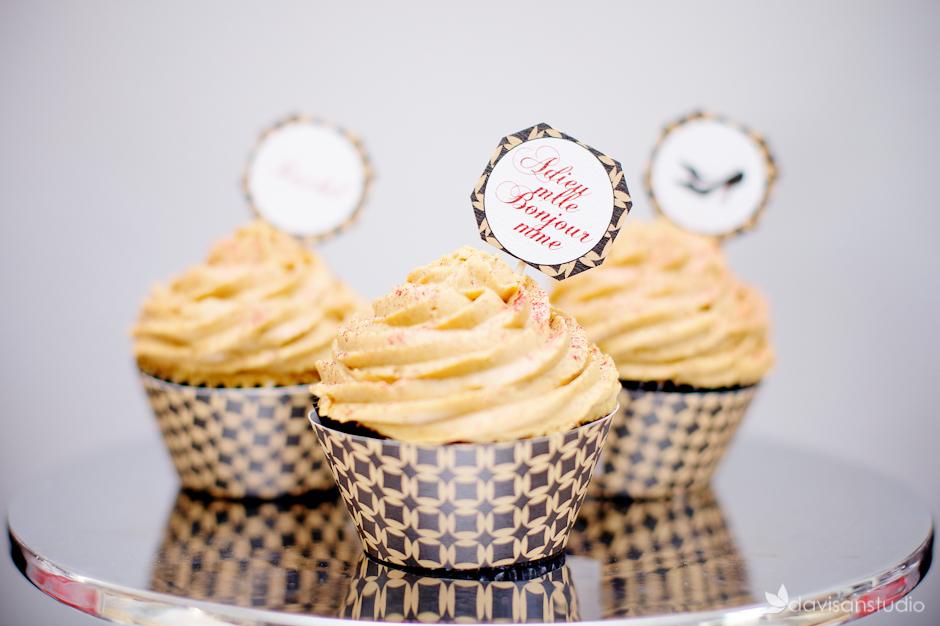 Cupcakes avec caissettes et cupcakes toppers le Candy bar