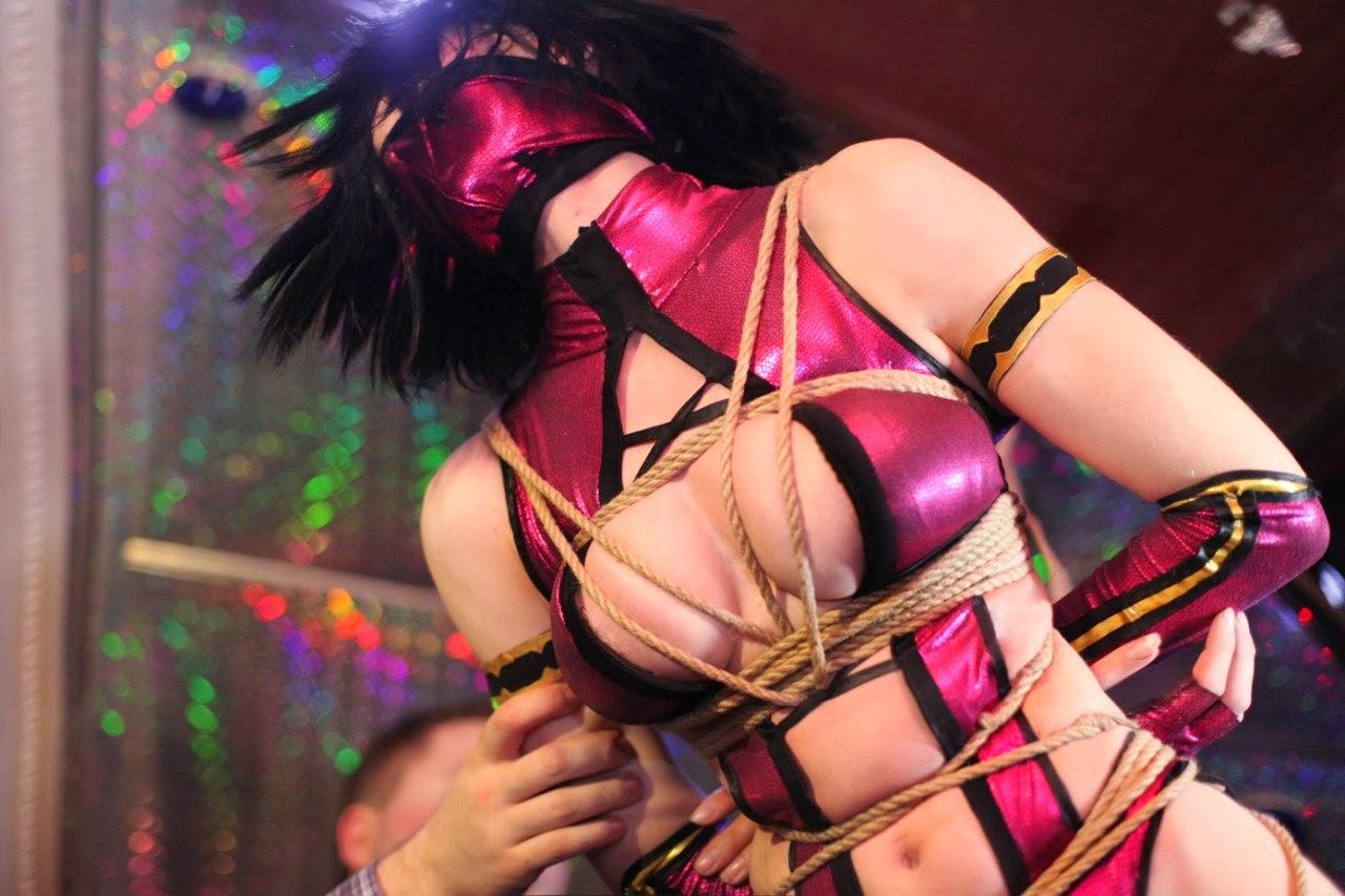 photo de cosplay féminin sexy de milena de Mortal Kombat soumise par un shibari