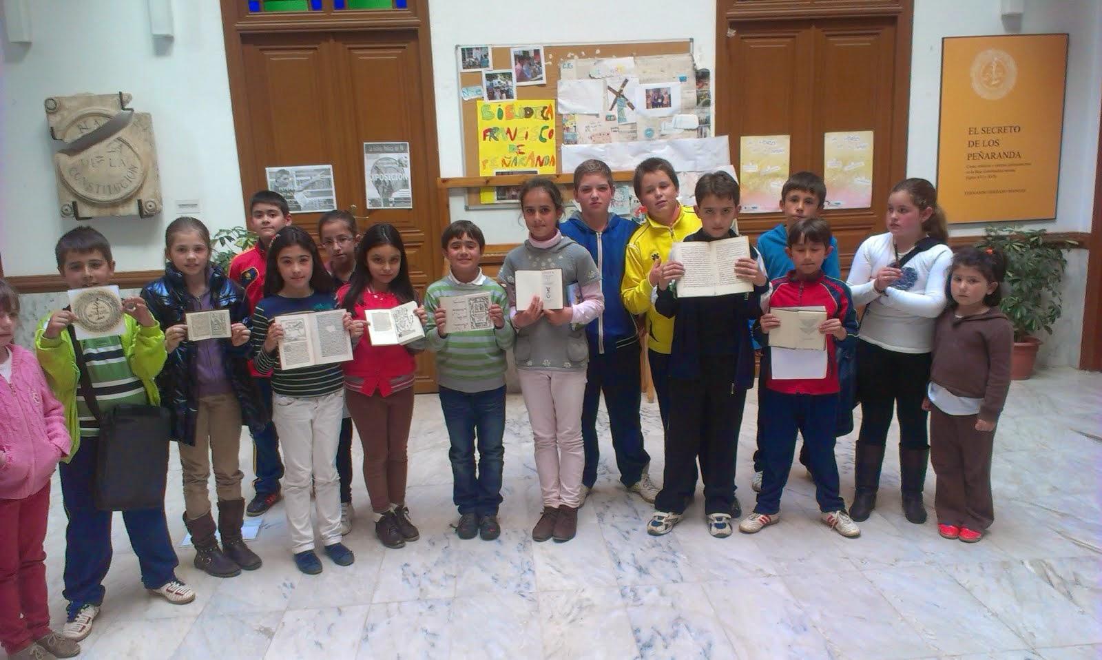 """Niños con los """"Libros Emparedados"""" de Barcarrota"""