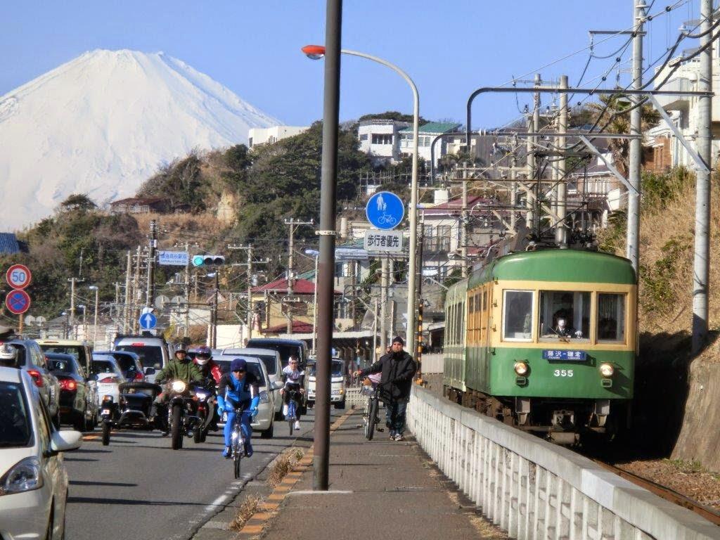 七里ヶ浜を走る江ノ電
