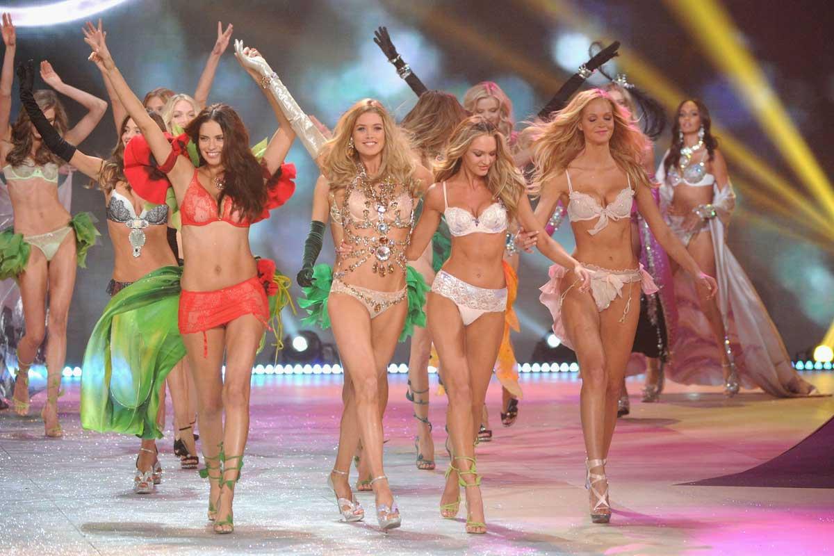 http://3.bp.blogspot.com/-r3X1vFwwMKo/UJ0BXu8MhGI/AAAAAAAAJnA/lRUloeRCdGM/s1600/victoria_secretes_fashion_show_2012_2013_tend%C3%AAncias_lingeries_luxo.jpg