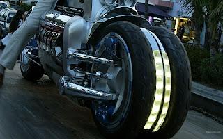 """Numa estimativa inicial, a montadora esperava que ela chegasse aos insanos 700 km/h, """"um pouco"""" fora do comum para um veículo que seria comercializado. As enormes rodas de 20 polegadas possuem generosos discos de freios de 508 mm cada, os faróis e lanternas possuem iluminação em LED, a produção começou em 2007 e de lá pra cá apenas nove unidades foram vendidas por R$ 1,8 milhão — U$ 550 mil. Segundo a Chrysler, a Tomahawk é o exemplo do resultado de deixar correr solta a imaginação."""