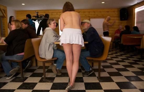 Para Pelayan Kedai Kopi