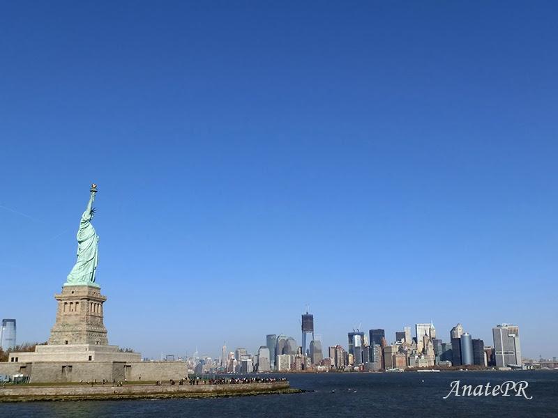 Estatua de la Libertad y skyline del Bajo Manhattan