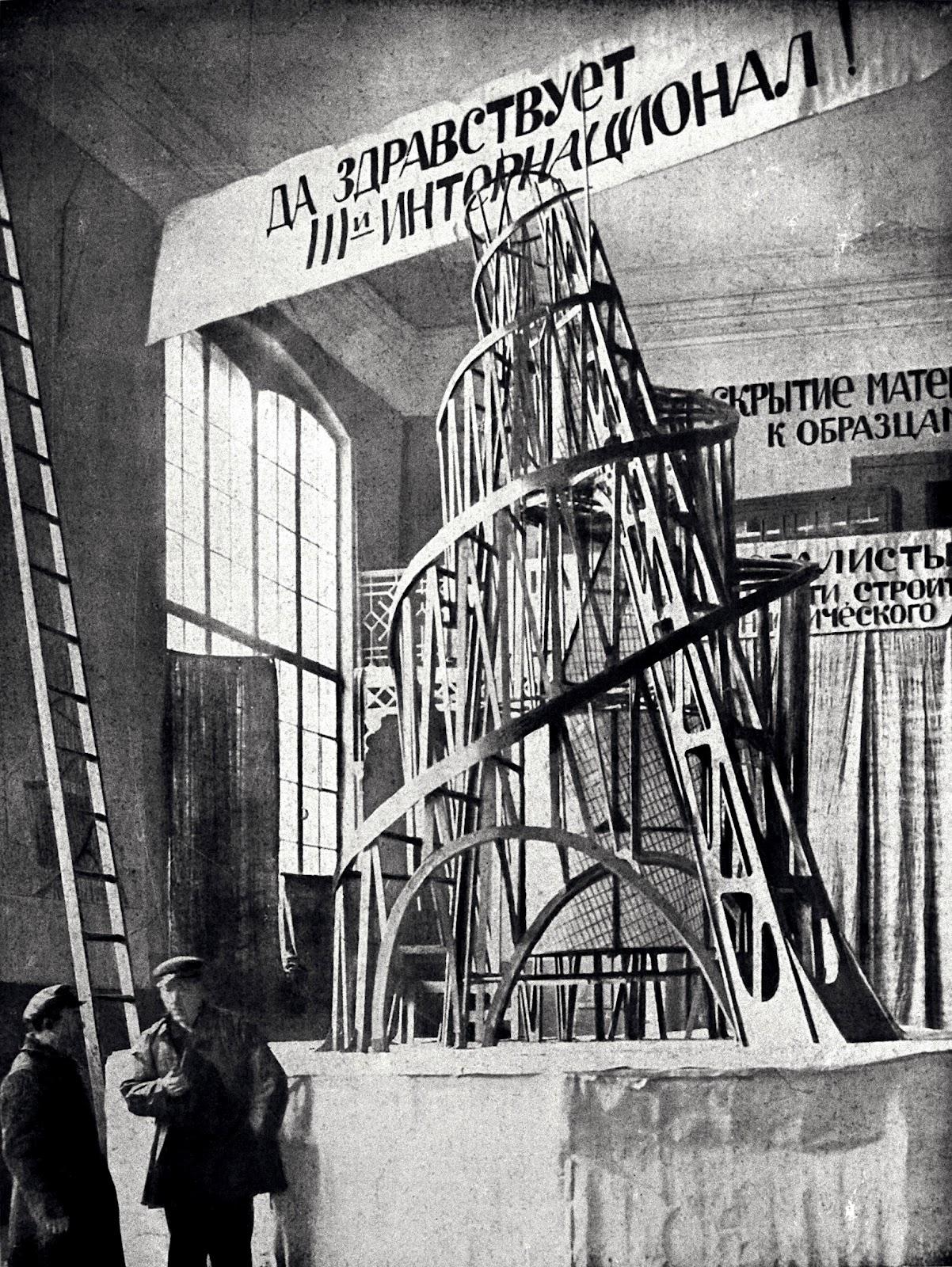 Construcciones socialistas de aspecto futurista Tatlin+con+un+asistente+ante+la+maqueta+del+%27Monumento+a+la+Tercera+Internacional%27+(Petrogrado,+1920)