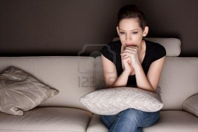 هروب ونفور الرجل من البيت...اسبابه ومبرراته - امرأة تشاهد التلفاز التليفزيون وحدها فى المنزل  - beautiful-young-woman-watching-tv-at-home-alone