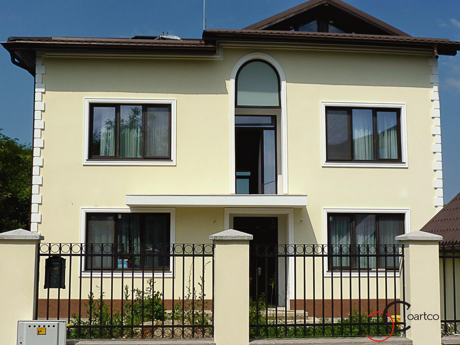 fatade de case cu ornamente geamuri exterior, elemente decorative precum: ancadramente geamuri, arcada, colturi decorative fatade case