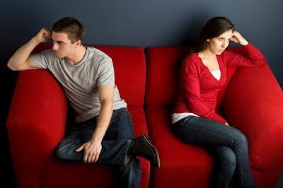 كيف تحل الخلافات والشجار بينك وبين حبيبتك او زوجتك - couple-fighting-on-couch