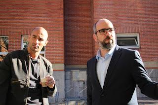 Los actores Alaín Hernández y Luis Tosar, en un descanso del rodaje