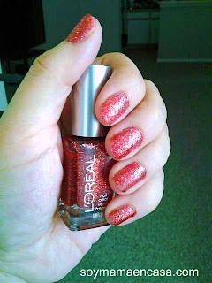 pintado de uñas color rojo coral con glitter