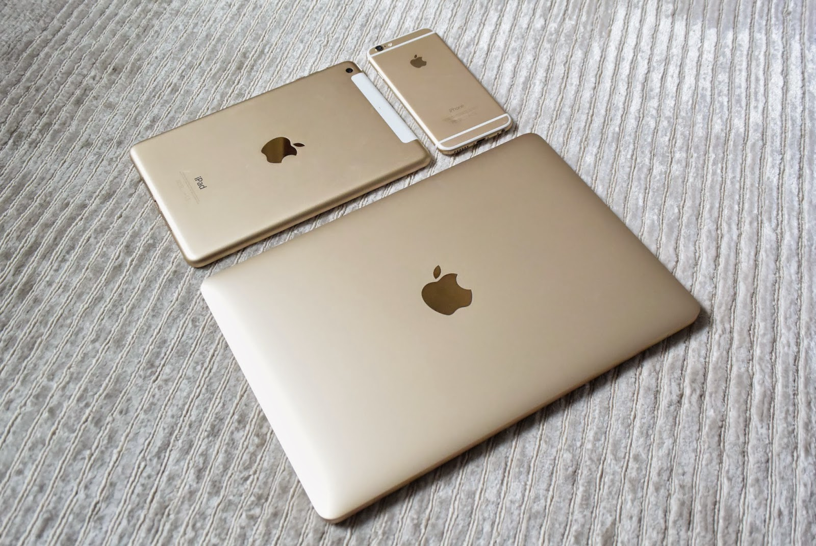The gold apple macbook jays rut for Apple product book