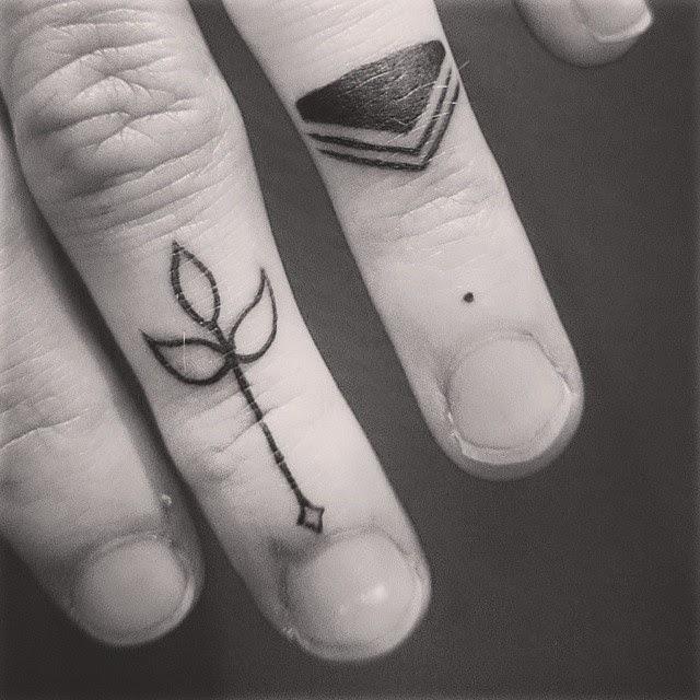 chica con los dedos tatuados 18