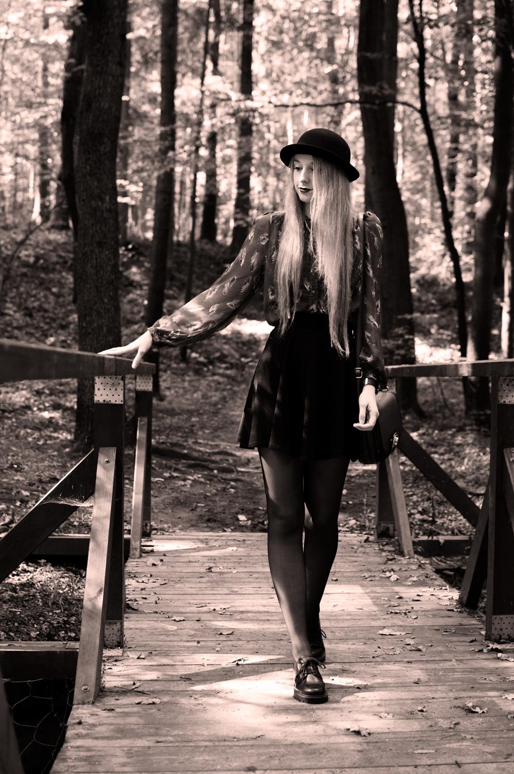 czarno białe zdjecie koszula z lumpeksu kapelusz na blogu modowym