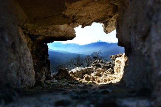 La Mujer Muerta al fondo vistos a través de una de las troneras del cerro del Puerco.