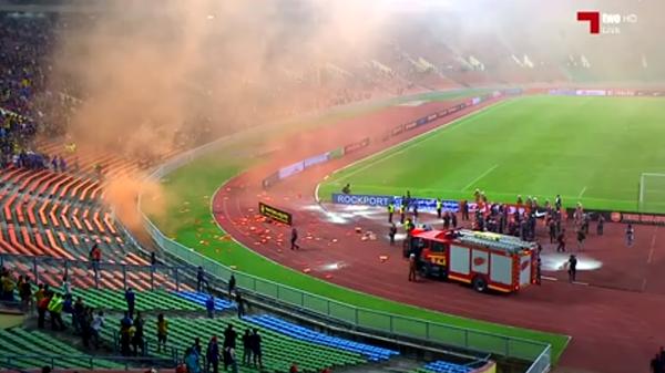 gambar-gambar insiden penyokong ultras malaya bakar mercun dan suar semasa malaysia menentang arab saudi 8 september 2015, kejadian bakar mercun dan suar di stadium malaysia vs arab saudi,