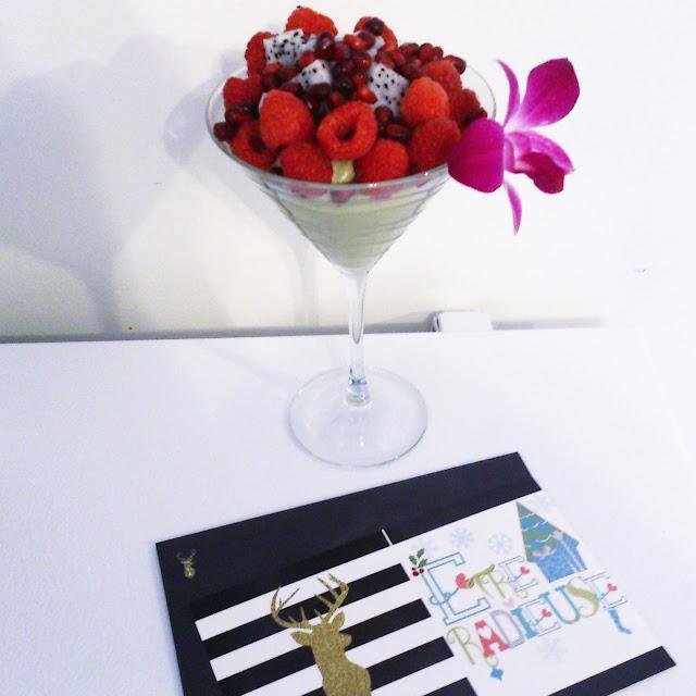 Verrine d'avocat et fruits dans un verre à Martini