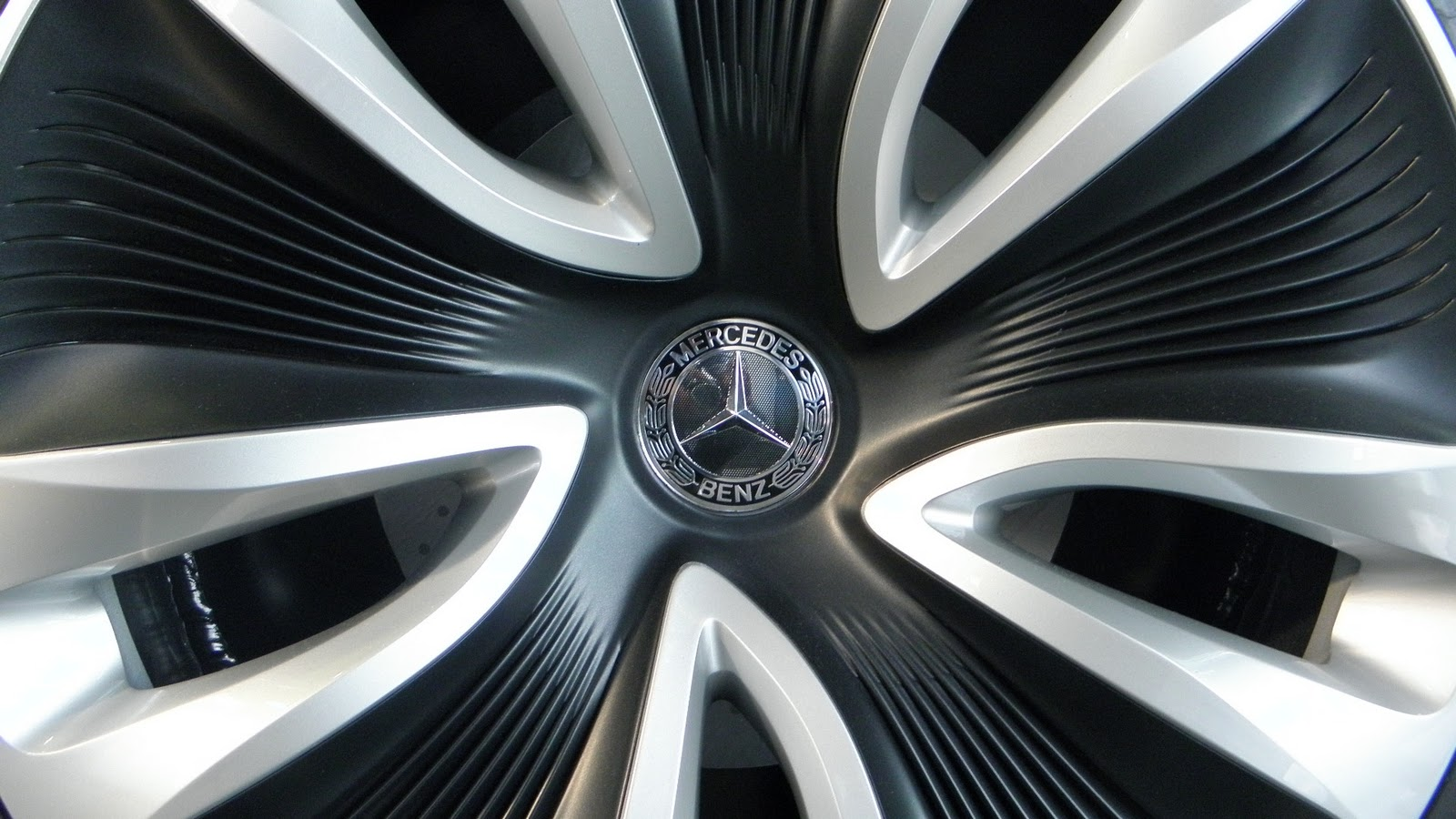 Benz logo wallpaper mercedes logo on wheel wallaper mercedes benz logo wallaper voltagebd Images