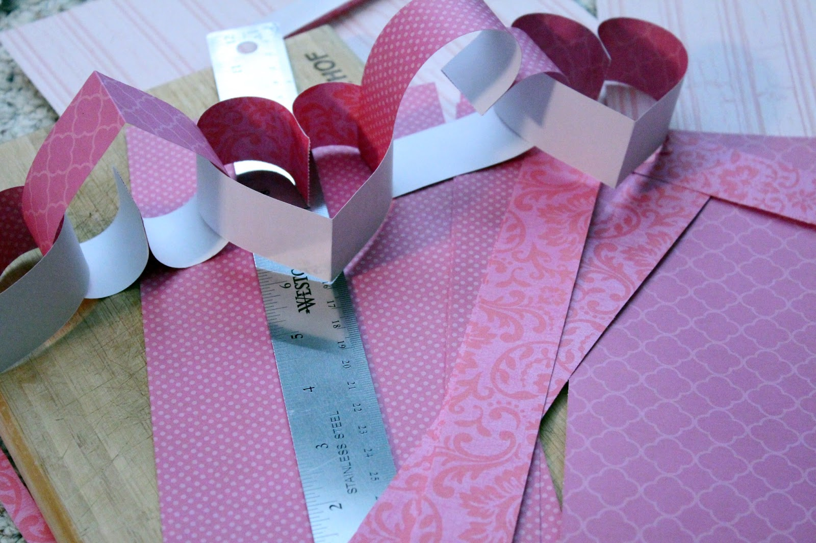 http://3.bp.blogspot.com/-r7oD9WvI3I4/UQbWra6zJpI/AAAAAAAAR08/TbRr6-hB8Go/s1600/how+to+make+heart+paper+chain.jpg