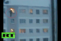 Brincando com a vida, jovens se jogam de edifício de cinco andares
