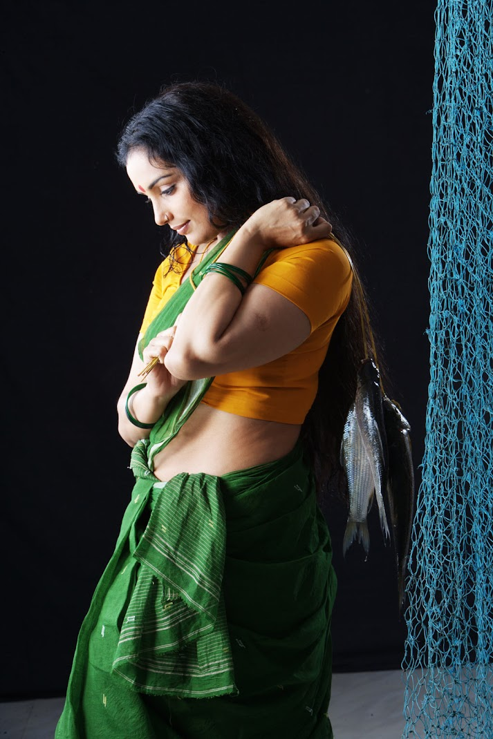 Mallu Shweta Menon Hot stills in Saree
