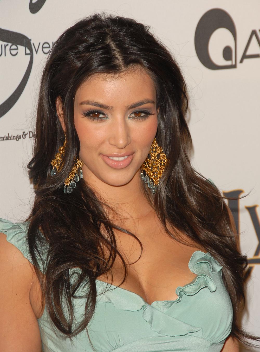 Kim Kardashian Wavy Curls 08