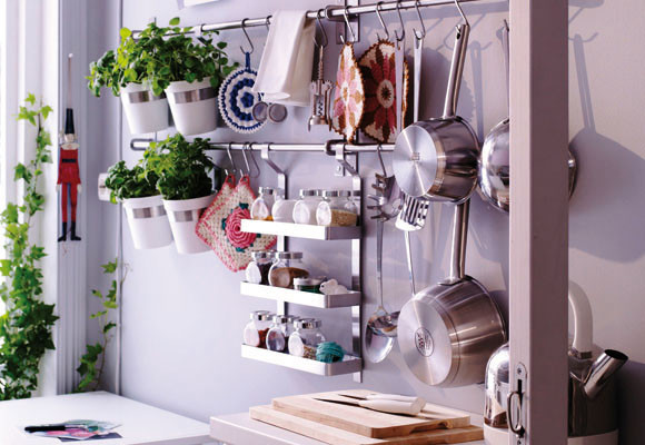Decoraci n f cil accesorios de pared para organizar la cocina for Con que limpiar los armarios de la cocina