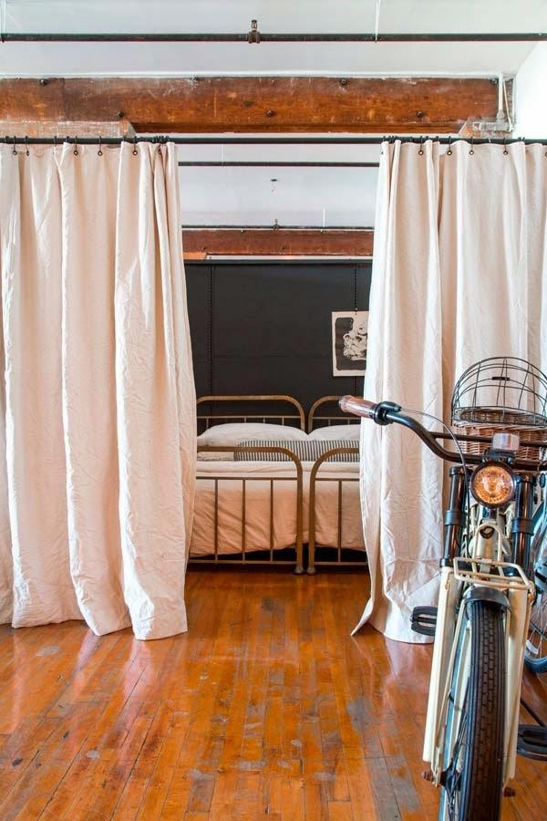 loft estilo industrial madera camas latón antiguas