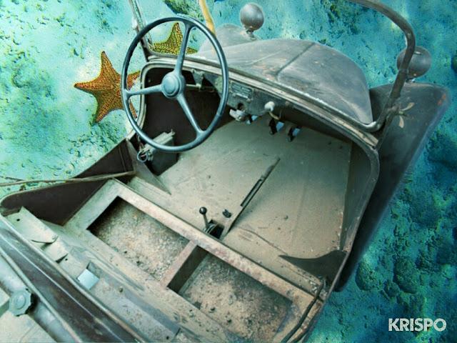 restos de coche desde arriba en el fondo del mar